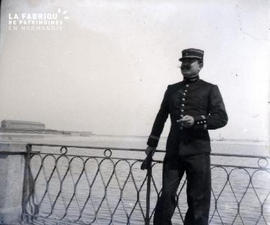 Militaire sur un quai