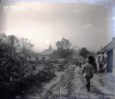 Militaires dans un petit village