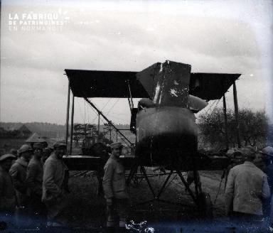 Militaires devant un avion