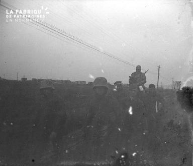 Prisonniers allemands encadrés par des militaires français
