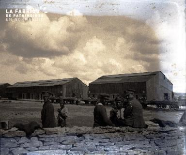 Militaires en repos près d'une gare