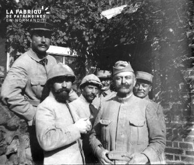 Militaires posant devant une maison