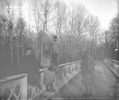 Militaires sur un pont