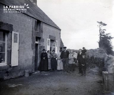 Photo de famille devant une maison