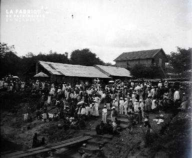 Rassemblement de colons et africains