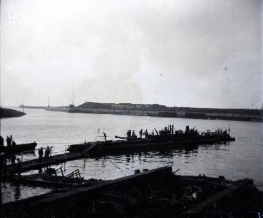 Sous-marin amarré à un port