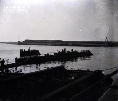 Sous-marin amarré à un port2