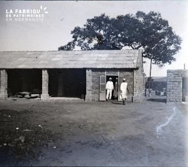 Un colon et deux africains sur le chantier