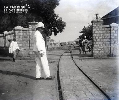 Un colon sur la voie de chemin de fer