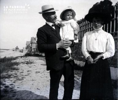 Un couple et sa fillette sur la plage