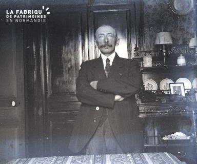 Un homme dans son salon