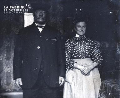 Un vieux couple dans sa maison
