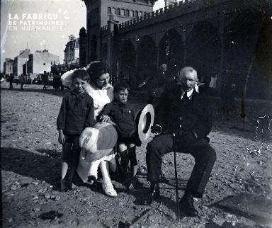 Une famille dans une rue