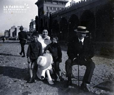 Une famille dans une rue3