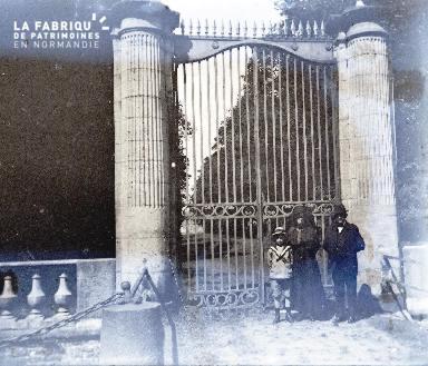 Une famille devant un grand portail2