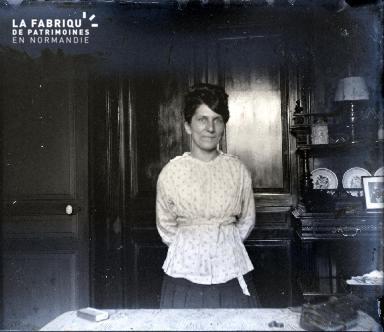 Une femme dans sa salle à manger