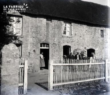 Une ferme à toit de chaume et ses hôtes