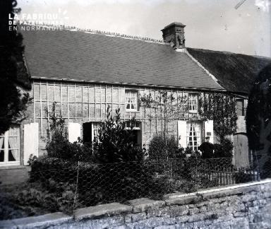 Une grande maison de campagne