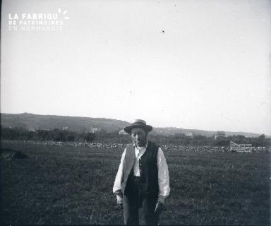 Vieil homme dans un champ
