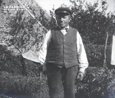 Vieil homme dans un jardin