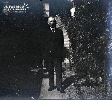 Vieil homme dans une allée de jardin