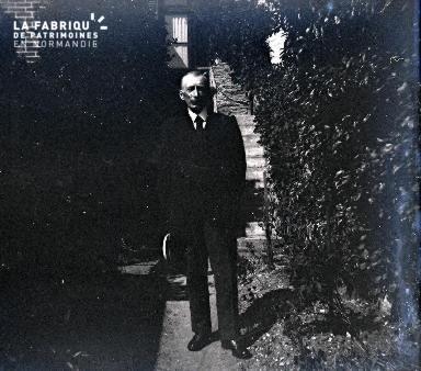 Vieil homme dans une allée de jardin2