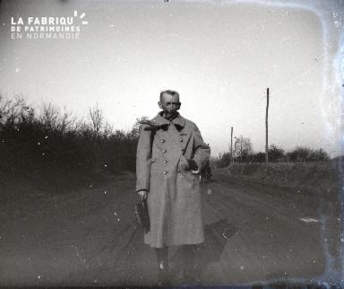 Vieil homme sur une route