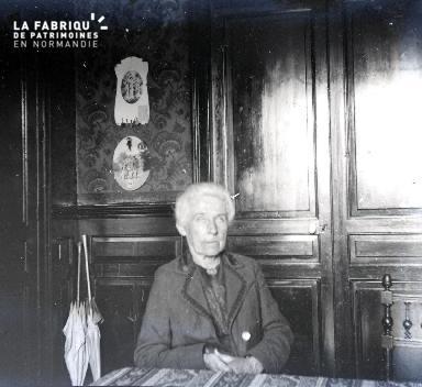 Vieille dame assise à une table