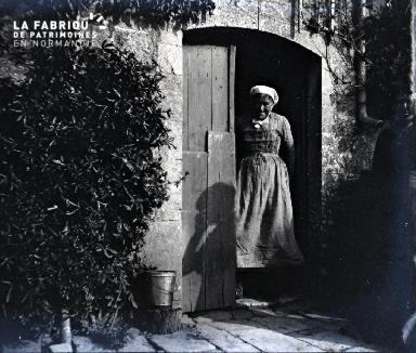 Vieille femme à sa porte d'entrée