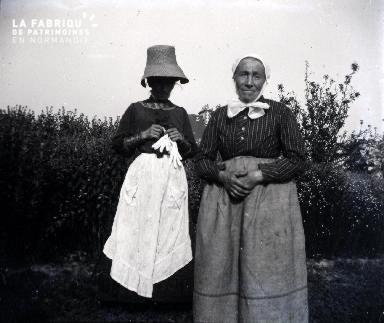 Vieille femme et jeune fille travaillant dans le jardin