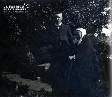 Vieille femme et son fils
