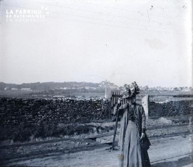 Vieille femme sur une route