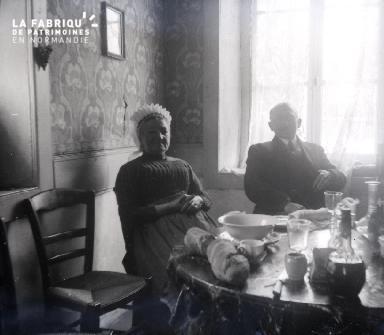 Vieux couple déjeunant