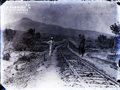 Voie de chemin de fer en Afrique noire et individus