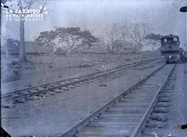 Voies de chemin de fer et locomotive en Afrique noire