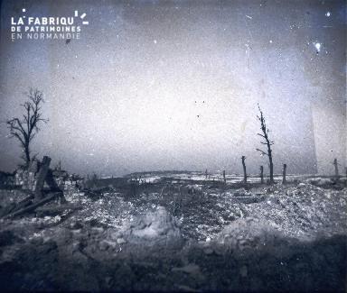 Vue prise de la tranchée Nord du Bois de la Mine.A l'horizon l