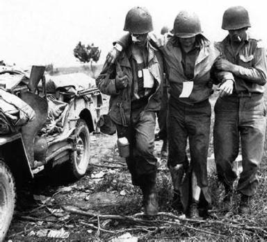 Deux soldats américains accompagnent un troisième blessé (jeep).