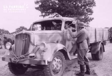 Soldats allemands prés d'un véhicule
