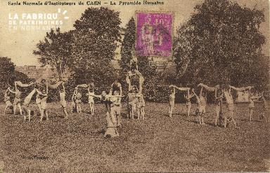 Cl 06 229 Caen-Ecole normale d'Déposant : instituteurs de Caen-La pyramide humain