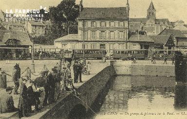 Cl 07 012 Caen - un groupe de pêcheurs sur le pont
