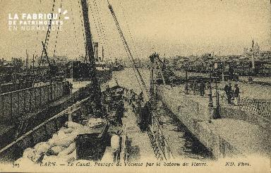 Cl 07 156 Caen - Le canal, Passage de l'ecluse par l Bateau du Havre