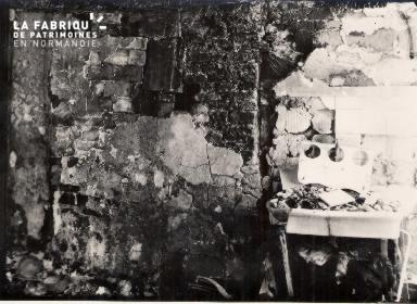 Intérieur délabré d'un bâtiment 1- Lieu non précisé