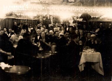 Groupe de personnes- A table devant un orchestre-