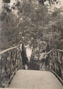 Homme, femme et enfant sur un pont-
