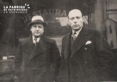 Deux hommes devant un restaurant-