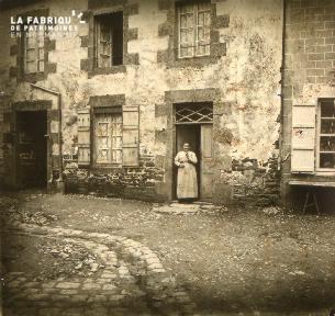 Femme devant sa maison
