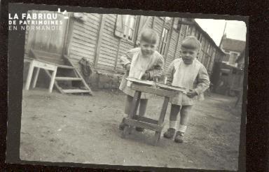 Enfants devant un baraquement en bois à Hérouville-Saint-Clair