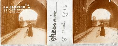 B005 femme à vélo 19 05 1913