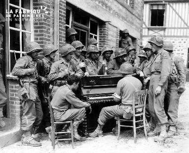 Soldats américains autour d'un piano