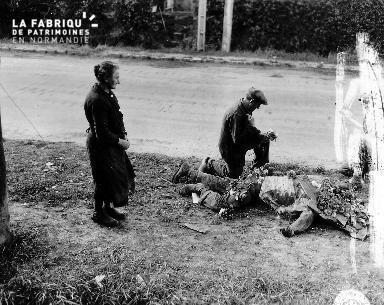 Normands se recueillant devant un soldat mort